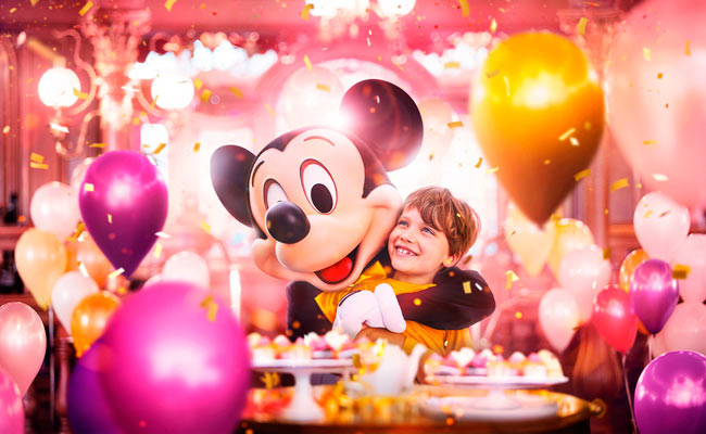Mickey with kid and balloons